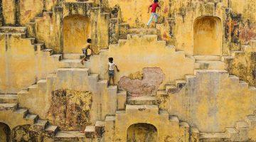 Crianças brincam no Panna Meena ka Kund, Jaipur, India, Março de 2015.